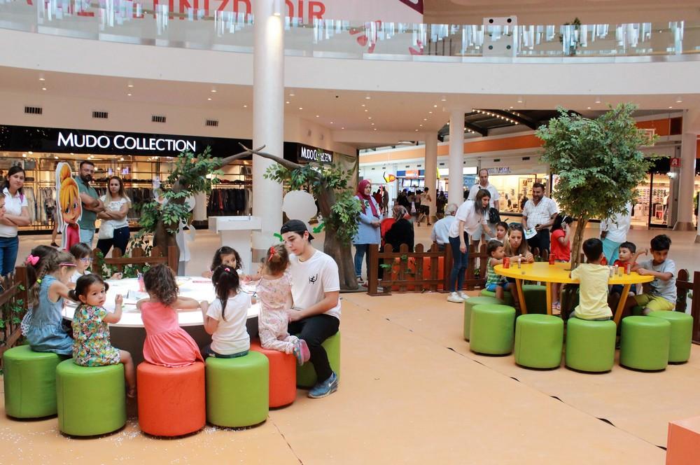 Mall of Antalya zemin kattaki etkinlik alanında  Alvin ve Sincaplar 17 Eylül 'e  kadar  minik ziyaretçilerle  buluşuyor.
